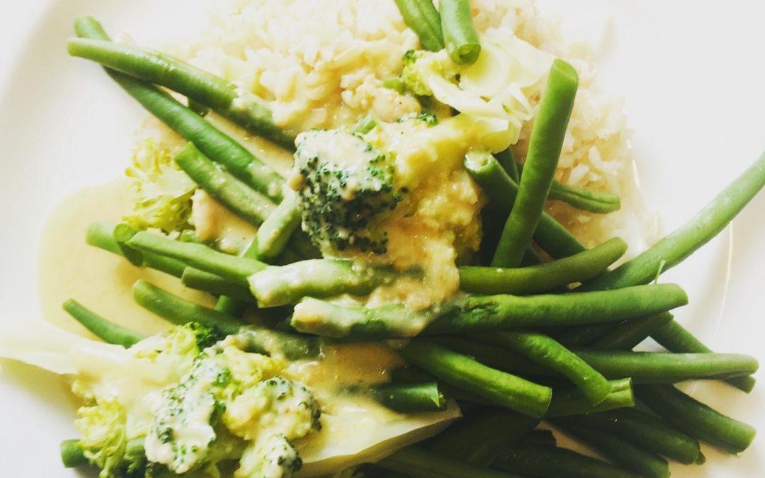 Gemüse-Kokoserdnusssoße und Reis