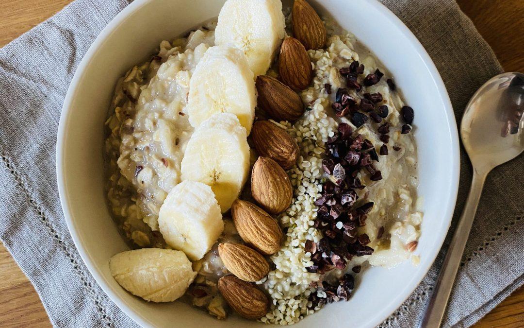 Porridge mit geriebenem Apfel und Banane